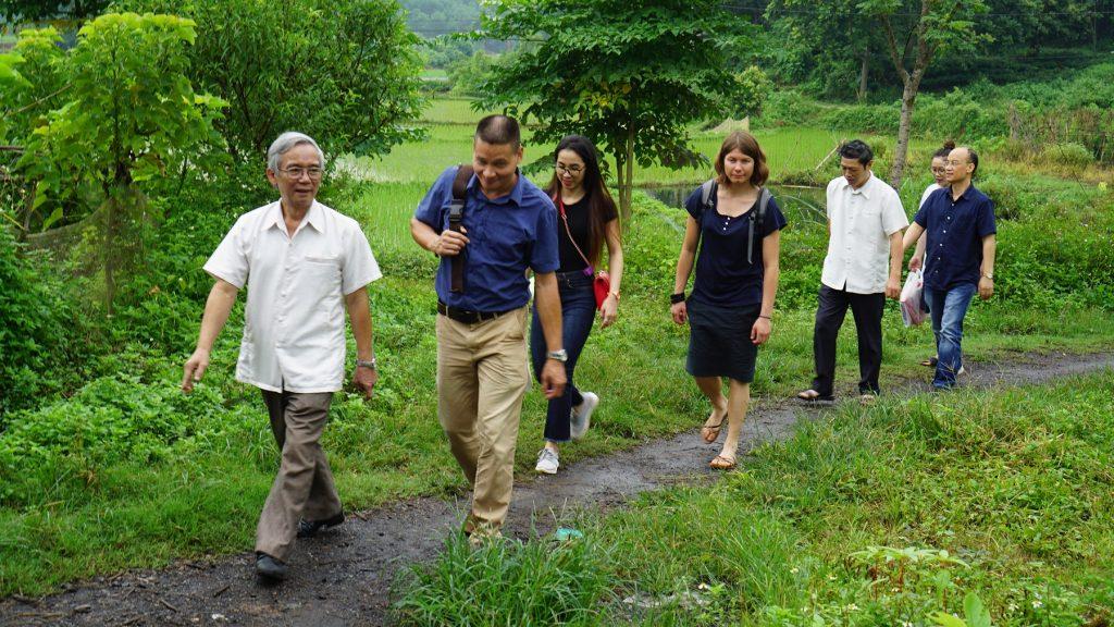 Đoàn công tác đến các hộ gia đình thăm sinh viên thực tập