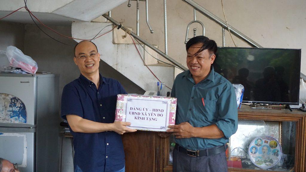 Bí thư Đảng ủy xã Yên Đổ tặng quà Đoàn công tác