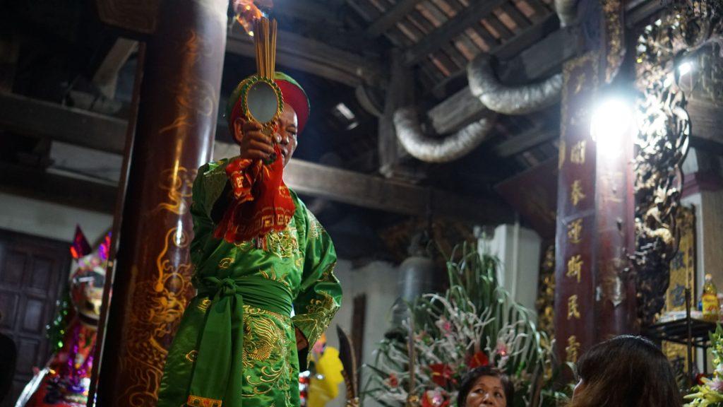 Thầy đồng trong nghi lễ Lên đồng