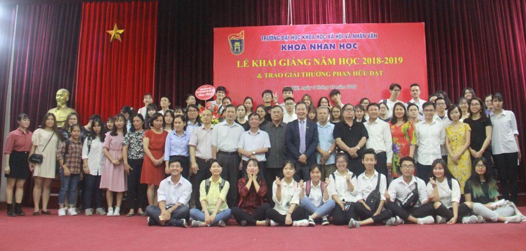 BGH chụp ảnh lưu niệm cùng toàn thể khách mời, giảng viên, sinh viên Khoa Nhân học