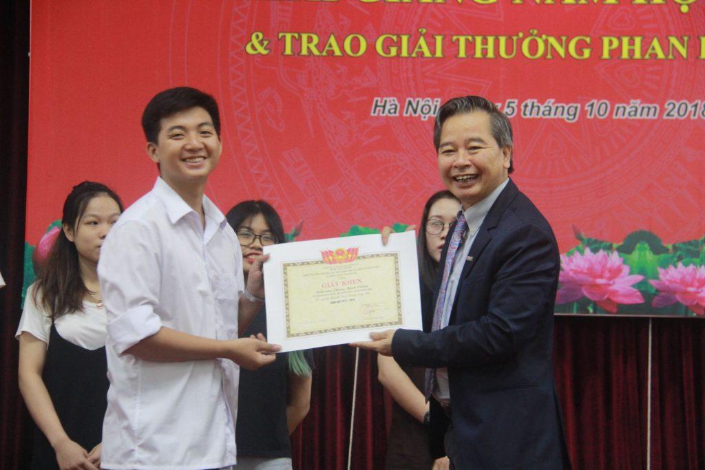GS.TS Phạm Quang Minh (Hiệu trưởng Nhà trường) đã t00rao giải thưởng Phan Hữu Dật cho 10 bạn sinh viên có thành tích xuất sắc.