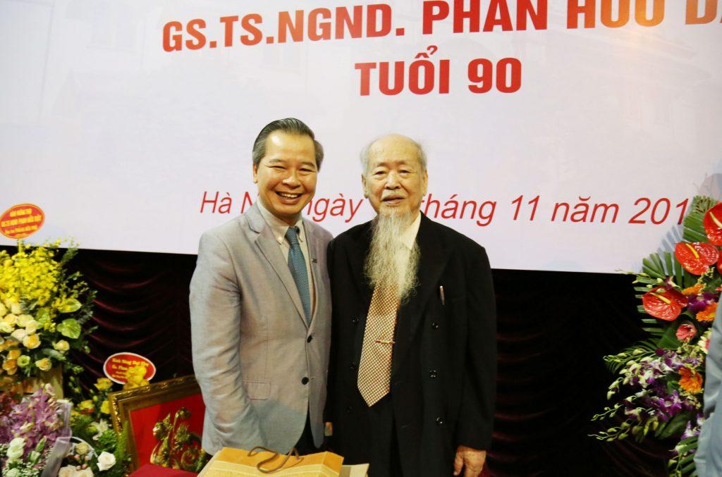 GS.TS Phạm Quang Minh chúc mừng GS.NGND Phan Hữu Dật