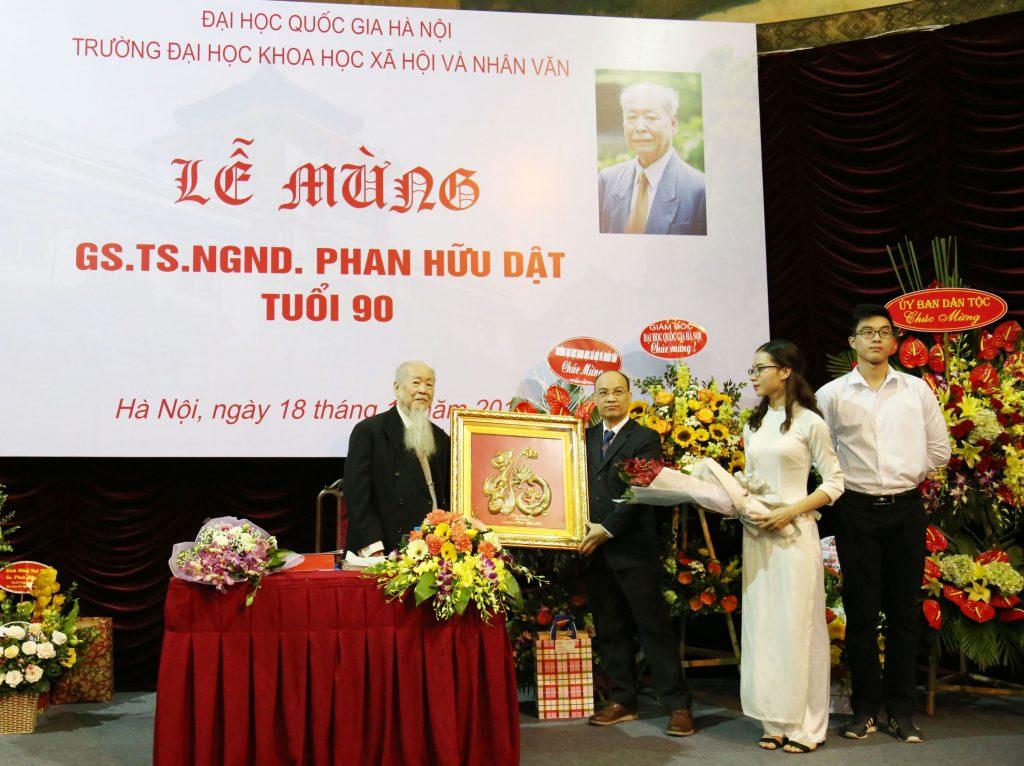 PGS.TS Nguyễn Văn Sửu - Trưởng khoa Nhân học chúc mừng GS.TS.NGND Phan Hữu Dật