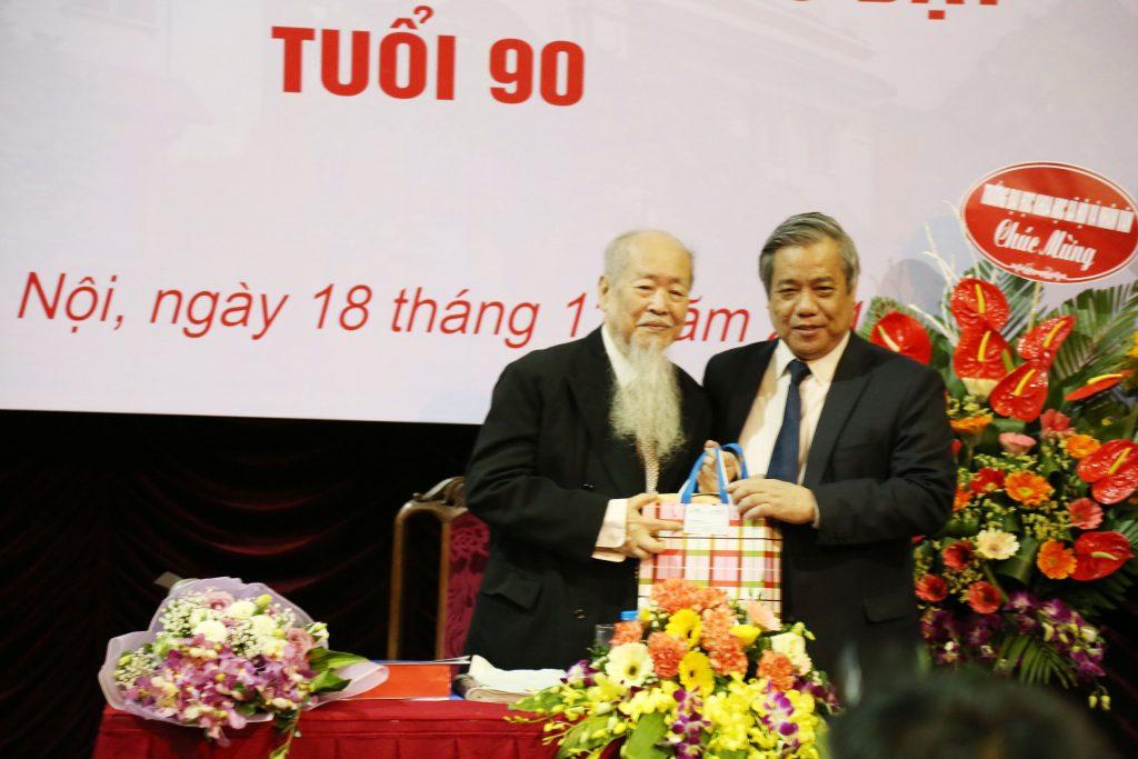 GS.TSKH.NGND Vũ Minh Giang - Chủ tịch Hội đồng Khoa học và Đào tạo ĐHQGHN chúc mừng GS.TS.NGND Phan Hữu Dật