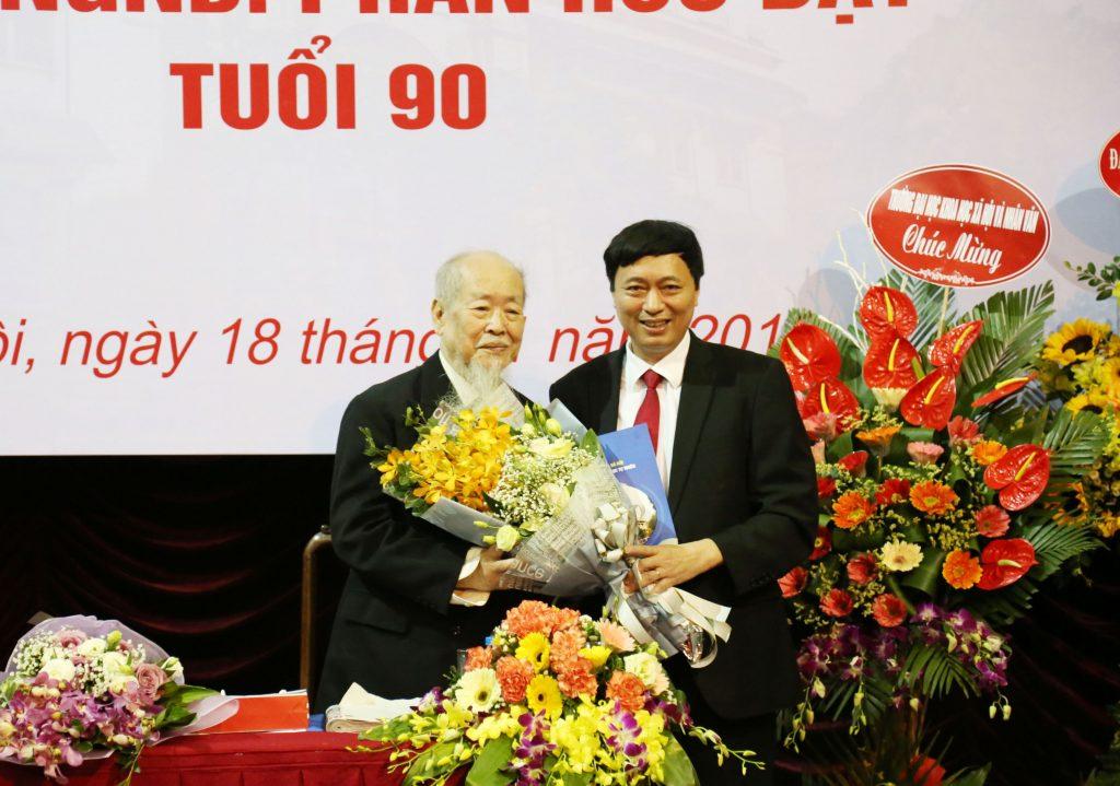 Hiệu trưởng Trường ĐHKHTN Nguyễn Văn Nội chúc mừng GS.TS.NGND Phan Hữu Dật