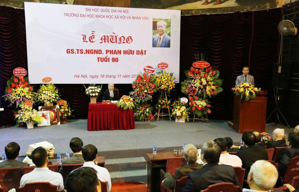 GS.TS Phạm Quang Minh vinh danh những đóng góp của GS.NGND Phan Hữu Dật cho sự phát triển của Nhà trưởng ở cả góc độ nghiên cứu, giảng dạy và quản lý
