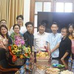 Đại diện sinh viên bốn khóa chúc mừng các thầy cô