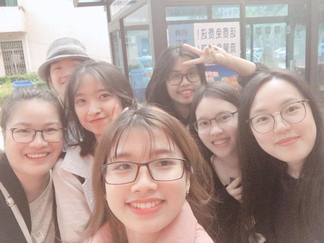 Một ngày đi chơi cùng Vương Lệ Bình (ngoài cùng bên phải)