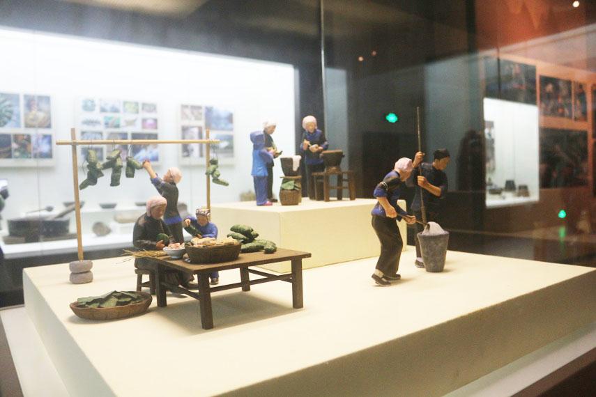 Mô hình tái hiện gia đình dân tộc Zhuang đang làm bánh Zongzi tại Bảo tàng Dân tộc học