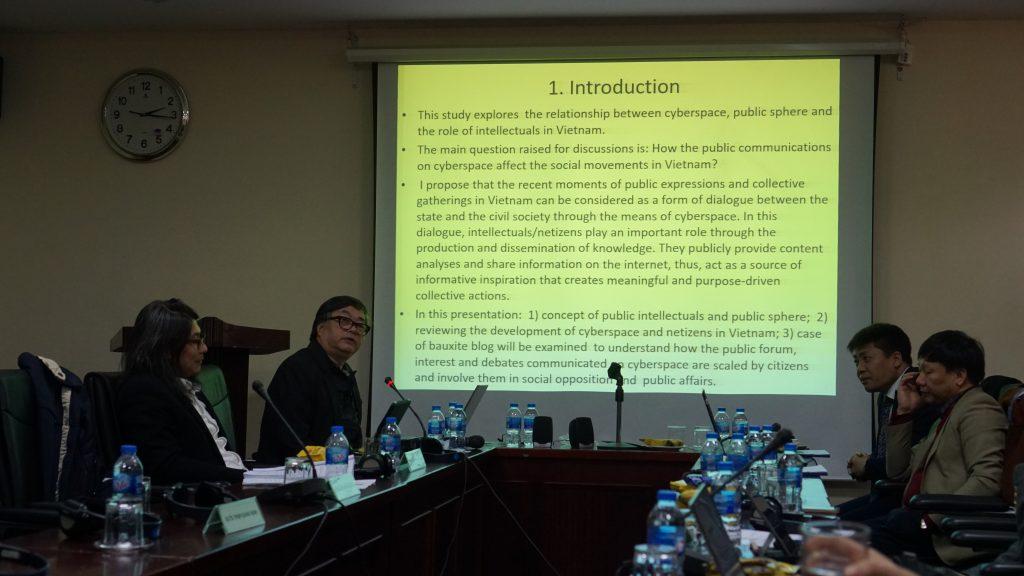 """PGS.TS Nguyễn Văn Chính trình bày báo cáo """"Tri thức, truyền thông mạng và sự lan tỏa các trào lưu xã hội ở Việt Nam"""""""