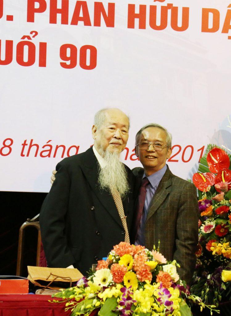 Cố GS. Phan Hữu Dật và PGS.TS Lâm Bá Nam tại lễ mừng thọ 90 tuổi của Thầy (11/2019)