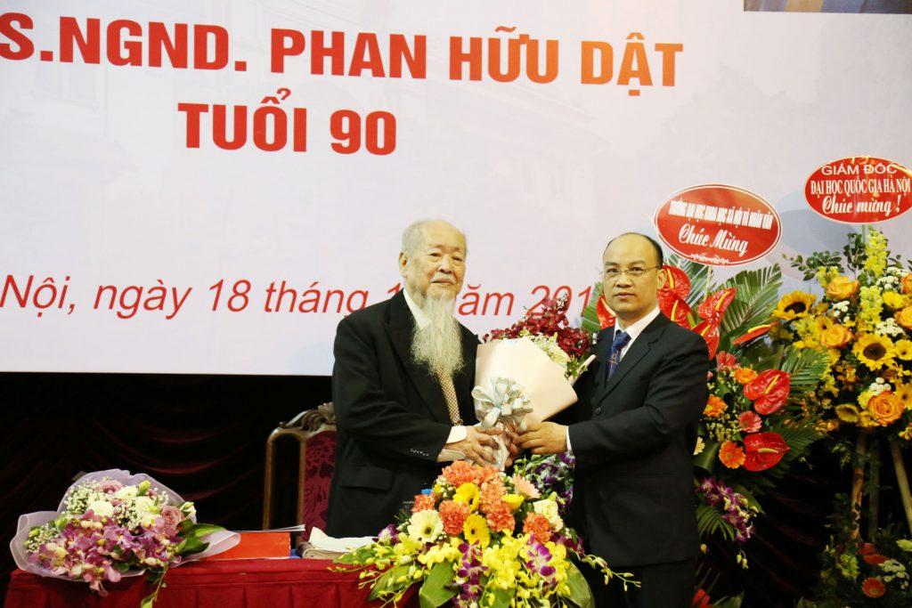Cố GS. Phan Hữu Dật và PGS.TS Nguyễn Văn Sửu (Trưởng khoa Nhân học)