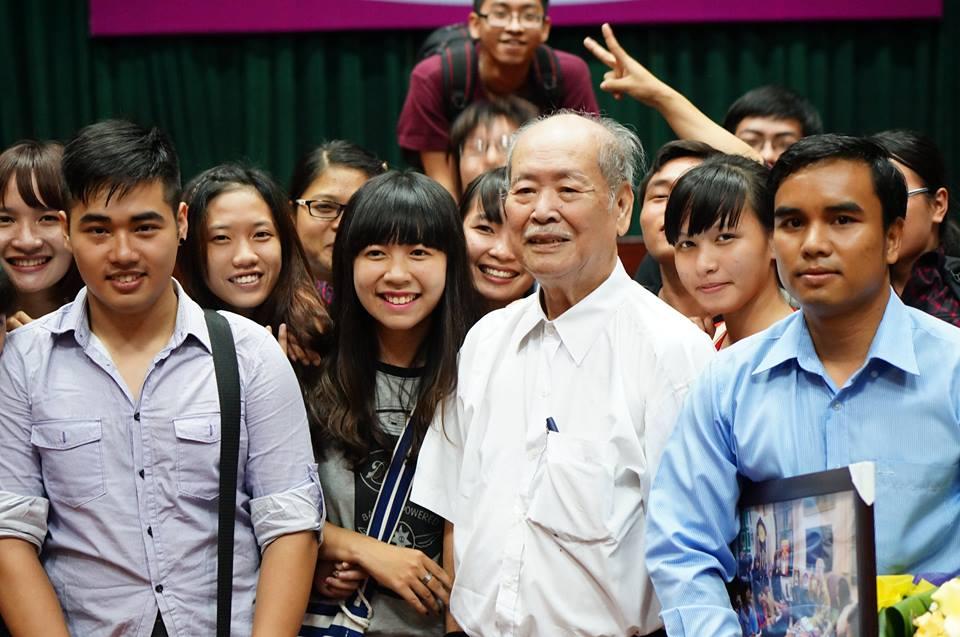 GS-Phan-Huu-Dat-va-sinh-vien-Nhan-hoc