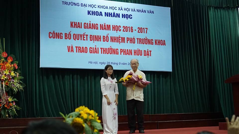 GS.Phan-Huu-Dat-trao-giai