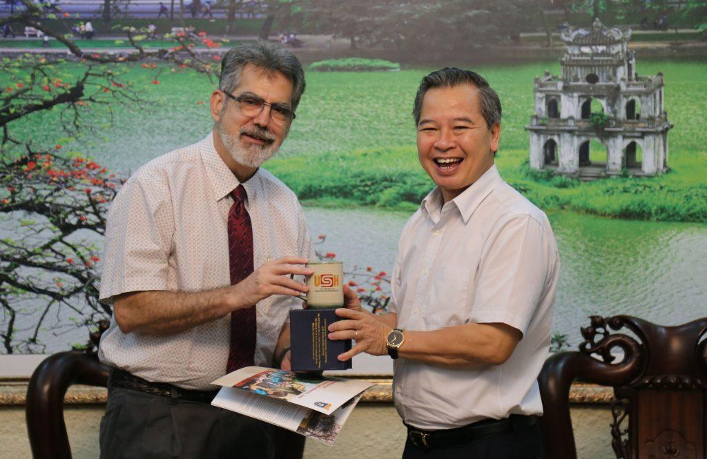 GS.TS Phạm Quang Minh - Hiệu trưởng Nhà trường tiếp GS. Frank Proschan vào chiều 13/9/2019