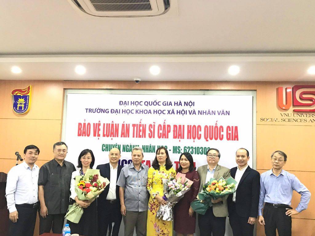 NCS Tạ Thị Tâm chụp ảnh kỷ niệm cùng Hội đồng