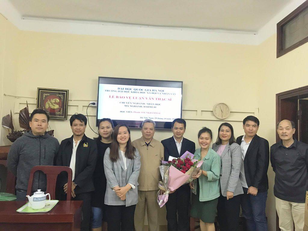 Hội đồng chấm luận văn thạc sĩ chụp ảnh kỷ niệm cùng học viên
