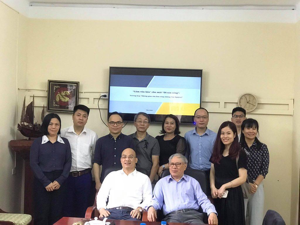 Khoa Nhân học chụp ảnh kỷ niệm cùng TS Trần Hoài